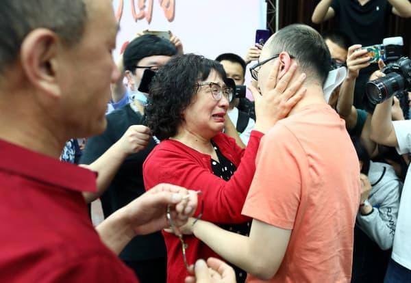 Mao Yin retrouve sa mère biologique à Xian, le 18 mai 2020.