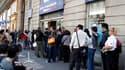 File d'attente devant une agence de voyage Air France à Paris. Le trafic aérien reprendra progressivement en France à partir de mardi 08h00, le territoire français n'étant plus considéré par l'Union européenne comme une zone interdite à la circulation, an
