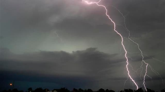 A Cushing, près d'Oklahoma. Une mère de famille et son bébé ont été tués samedi matin par une tornade qui a fait cinq morts aux alentours d'Oklahoma City. /Photo prise le 31 mai 2013/REUTERS/Gene Blevins