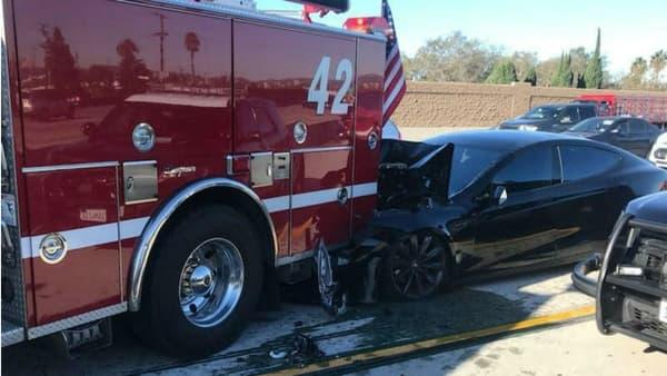 Au moment du choc, la conductrice de cette Model S a reconnu qu'elle utilisait son téléphone.