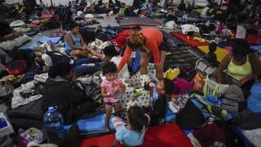 Le stade de la capitale, servant d'abri pour les migrants, est à présent rempli au maximum de sa capacité.
