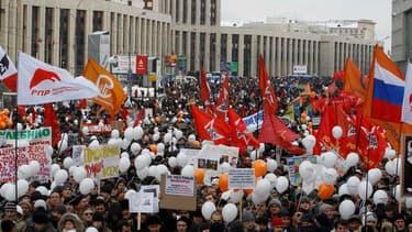 Intensifiant la pression contre Vladimir Poutine, des milliers de Russes ont commencé à se rassembler samedi dans le centre de Moscou pour réclamer la tenue de nouvelles élections législatives. /Photo prise le 24 décembre 2011/REUTERS/Sergei Karpukhin