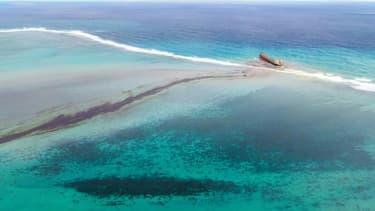 Vue aérienne de la nappe d'hydrocarbures s'échappant du vraquier MV Wakashio au large des côtes de l'Ile Maurice, le 6 août 2020.