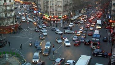 Les automobilistes français roulent de plus en plus à l'essence et de moins en moins en boîte manuelle.