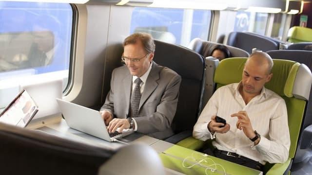 """Selon une étude réalisée par l'IFOP pour la SNCF en juin 2015, 95% des voyageurs de ses trains """"utilisent déjà un outil numérique (tablette, smartphone...) durant leur trajet""""."""