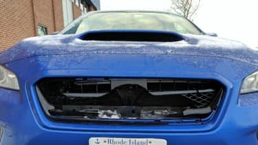 Cette petite Subaru n'a pas vraiment apprécié le choc avec un bloc de glace qui s'était envolé du véhicule circulant devant lui.