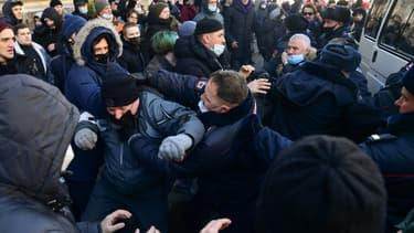 Des affrontements opposent des manifestants soutenant l'opposant russe Alexeï Navalny à la police dans la ville de Vladivostok le 23 janvier 2021
