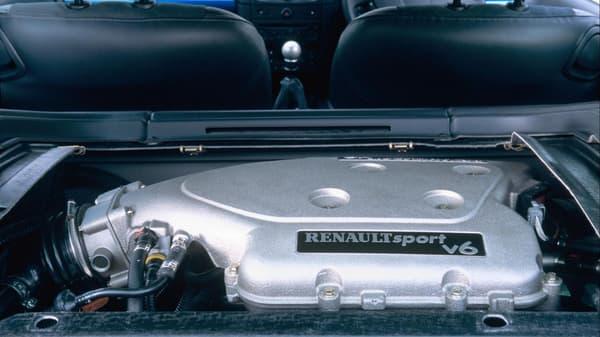 Un modèle équipé d'un V6 3.0 litres emprunté à la Laguna.