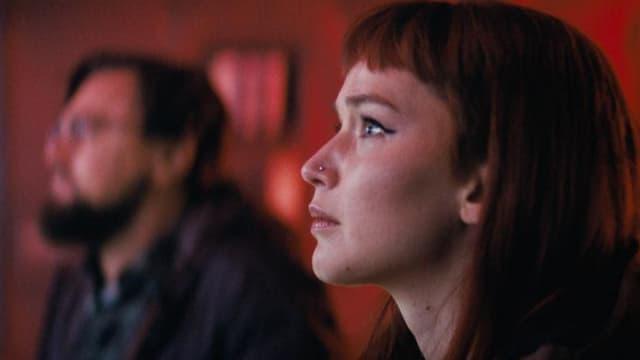 """Jennifer Lawrence, et Leonardo DiCaprio en arrière-plan, dans le film """"Don't Look Up""""."""