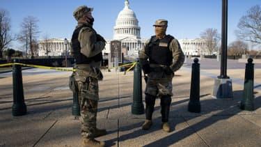 Des membres de la Garde nationale devant le Capitole le 7 janvier 2021, au lendemain de l'invasion du bâtiment par des partisans de Donald Trump