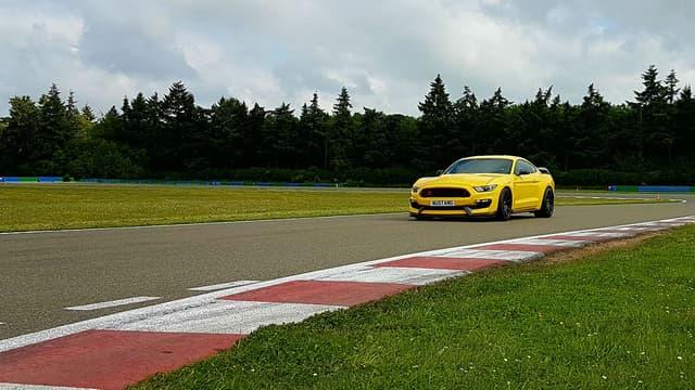 La Shelby GT350R fait résonner son V8 de 526 ch sur le circuit de Dreux.