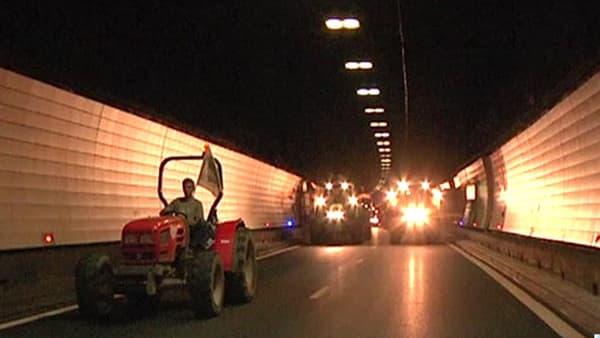 Des centaines d'agriculteurs ont emprunté le tunnel de Fourvière qui traverse le centre-ville de Lyon.