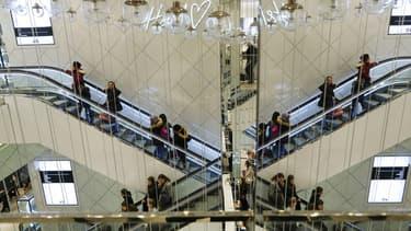 H&M organise la collecte de vêtements usés directement dans ses magasins.