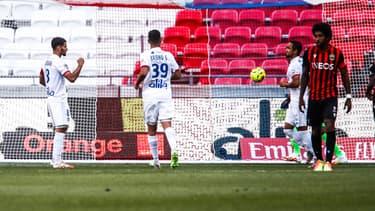 Houssem Aouar buteur sur penalty lors de OL-Nice en amical