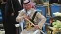 Le prince Charles prend la pose à Ryad avant d'exécuter une danse du sabre.