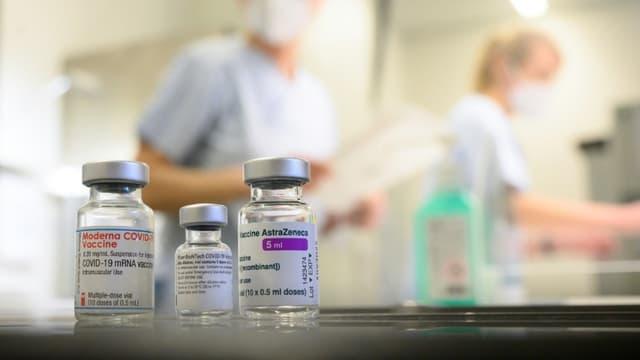 Pour les autorités allemandes, un mélange de vaccin entre AstraZeneca et Pfizer ou Moderna augmenterait l'efficacité du schéma vaccinal.