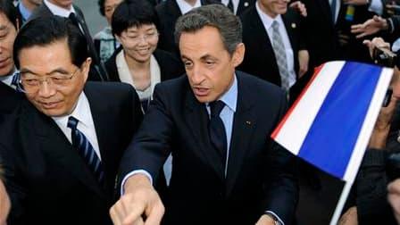 Bain de foule pour Nicolas Sarkozy et le président chinois Hu Jintao, à Nice. Les deux chefs d'Etat se sont retrouvés vendredi pour accorder leurs violons sur les objectifs de la présidence française du G20. /Photo prise le 5 novembre 2010/REUTERS/Lionel