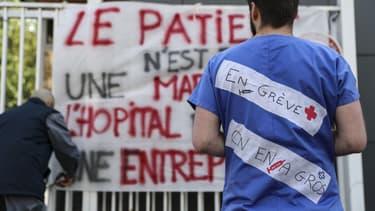 """""""Le patient n'est pas une marchandise"""", ont écrit des employés en grève des urgences devant un hôpital parisien, le 15 avril 2019"""