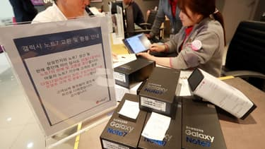 """Le premier fabricant mondial de smartphones, dont le chiffre d'affaires représente environ 17% du PIB sud-coréen, a retiré du marché définitivement sa """"phablette"""", lancée en août 2016."""