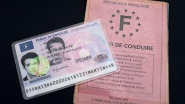 """A gauche, le permis européen, à droite, le permis de conduire ancien modèle, le fameux """"papier rose""""."""