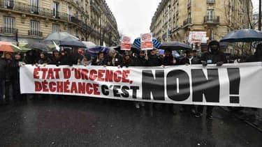 Une banderole déployée à Paris contre l'état d'urgence.