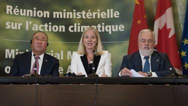 """Xie Zhenhua, représentant chinois chargé du changement climatique, Catherine McKenna, ministre canadienne du Changement climatique, et Miguel Arias Canete, commissaire européen à l'Action pour le climat, ont répété que """"l'accord de Paris est irréversible et non négociable"""""""