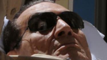 Hosni Moubarak est arrivé en ambulance à son procès, qui a tourné court dès son ouverture.