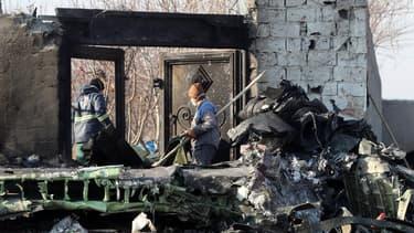 Des équipes de secours ramassant des débris de l'appareil