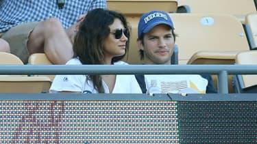 Les acteurs américains Mila Kunis et Ashton Kutcher dans un stade à Los Angeles, le 28 juin 2014