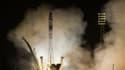Une fusée Soyouz transportant deux cosmonautes russes et un astronaute américain a décollé vendredi matin pour un vol express (moins de six heures contre deux jours habituellement) à destination de la Station spatiale internationale (ISS). /Photo prise le