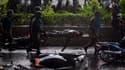 Soldats transportant le corps d'un de leurs camarades tué dans des affrontements dans la banlieue nord de Bangkok. Ces violents affrontements entre l'armée thaïlandaise et les opposants au gouvernement ont par ailleurs fait au moins 18 blessés. /Photo pri
