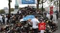 Handicap international invite ce week end les Parisiens et habitants d'une trentaine de villes en France à jeter leurs chaussures pour former une pyramide, pour sensibiliser l'opinion publique à propos des mines antipersonnel.