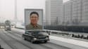 Une limousine surmontée d'un portrait géant du défunt numéro un nord-coréen Kim Jong-il précède l'immense convoi funéraire qui parcourait Pyongyang mercredi à l'occasion des funérailles de l'ancien dirigeant, mort le 17 décembre. /Image diffusée le 28 déc
