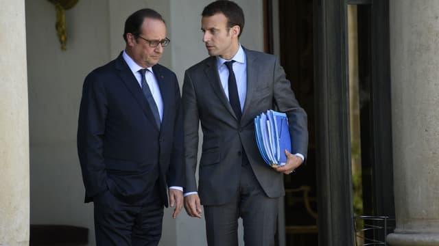 François Hollande et Emmanuel Macron sur le perron de l'Elysée, le 31 juillet 2015