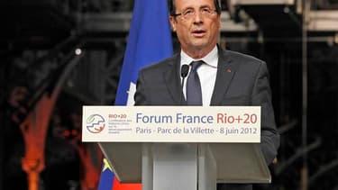 La France et l'Europe doivent montrer l'exemple et s'engager contre le réchauffement climatique dans un monde qui risque de se détourner de la cause environnementale du fait de la crise économique, a déclaré François Hollande vendredi, lors d'un discours