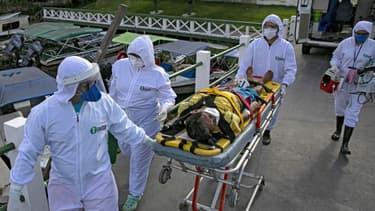 Une équipe médicale transportant un patient malade du Covid-19 à Portel. - Tarso Sarraf / AFP
