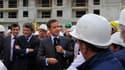 Nicolas Sarkozy sur un chantier à Villeneuve-Le-Roi, dans le Val-de-Marne, en compagnie du ministre de l'Ecologie Jean-Louis Borloo (deuxième à gauche) et du secrétaire d'Etat au logement Benoist Apparu (à gauche). Le chef de l'Etat a dévoilé mardi les mo