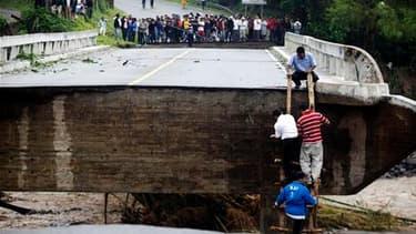 Pont coupé en deux sur une voie rapide à Barberena, au Guatemala. Agatha, première tempête tropicale de la saison cyclonique 2010, a fait au moins 17 morts ce week-end en Amérique centrale. /Photo prise le 30 mai 2010/REUTERS/Daniel LeClair