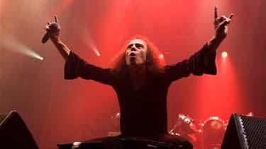 Le chanteur de heavy metal Ronnie James Dio est décédé dimanche des suites d'un cancer de l'estomac à l'âge de 67 ans. /Photo prise le 4 juin 2009/REUTERS/Terje Bendiksby/Scanpix