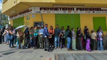 Des Vénézuéliens font la queue à Caracas pour acheter de la nourriture en juin 2017