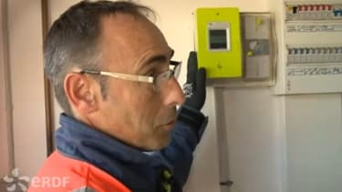 Linky (au fond, en jaune) s'entretient avec un agent d'ERDF.