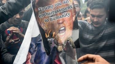 Des manifestants protestent contre l'assassinat de l'iranien Qasem Soleimani, près de l'ambassade américaine à New Delhi, en Inde, le 7 janvier 2020