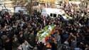 Une foule de Syriens brandissant des drapeaux nationaux et des portraits du président Bachar al Assad s'est rassemblée samedi à Damas pour les funérailles des 26 victimes tuées vendredi dans une explosion attribuée par les autorités à un attentat suicide.
