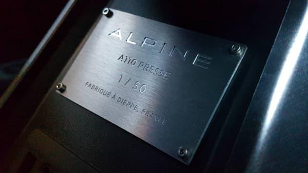 Les tous premiers exemplaires clients de l'A110 sortent seulement des chaines de l'usine de Dieppe (Seine-Maritime). Alpine a rodé sa production avec des pré-séries pour les concessionnaires ou les essais presse.