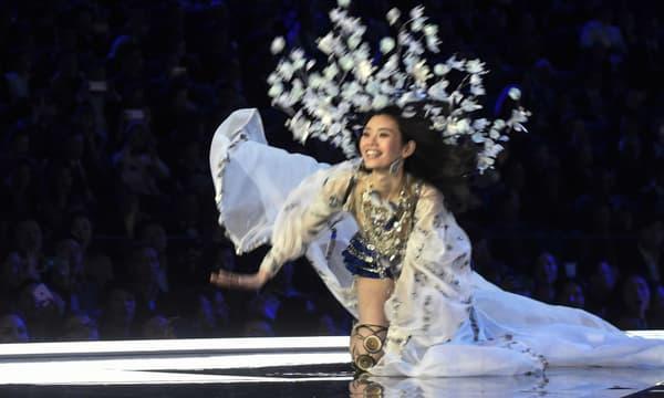 Ming Xi a chuté alors qu'elle défilait pour Victoria's Secret en Chine, le 20 novembre 2017 -