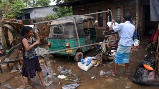 Des habitants de Colombo tentent de remettre en état leurs maisons, le 24 mai 2016 après les violentes inondations qui ont frappé l'île de Sri Lanka