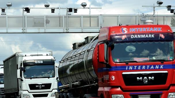 Camions passant sous un portique écotaxe en Bretagne.