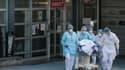 Le personnel soignant de l'hôpital de Mulhouse évacue un patient contaminé au coronavirus, le 17 mars 2020. (Photo d'illustration)