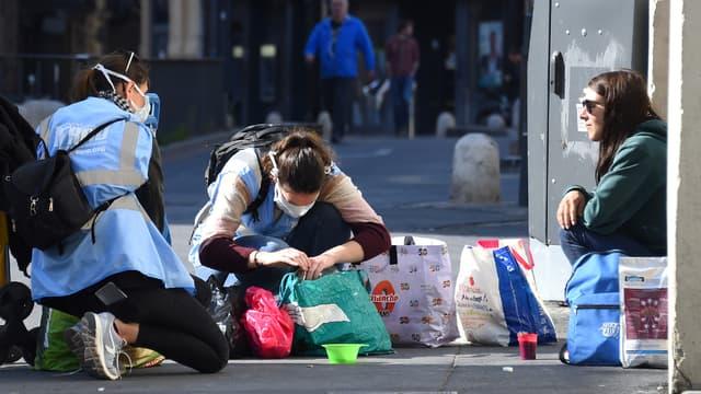 Une femme sans-abris reçoit de la nourriture à Montpellier le 18 mars 2020.