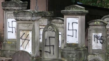 """Le nombre de profanations des lieux de culte et des cimetières s'est accru en France ces dernières années, relève le rapport d'un groupe d'études de l'Assemblée nationale, qui avance 12 propositions pour lutter contre ce """"fléau"""". /Photo d'archives/REUTERS"""